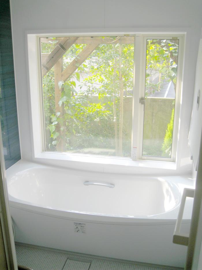 大きいながら断熱機能もある窓つきバスルーム