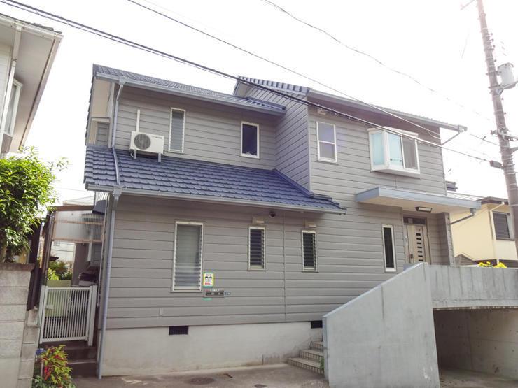 白い壁に映える鮮やかな青い屋根