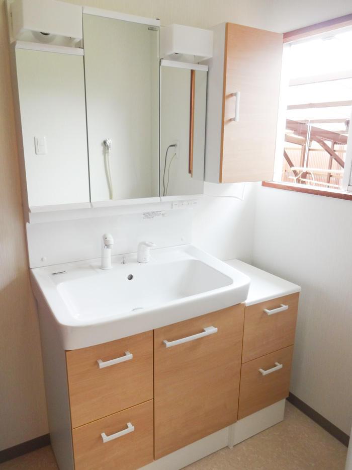空間を無駄なく利用したバスルームと洗面所