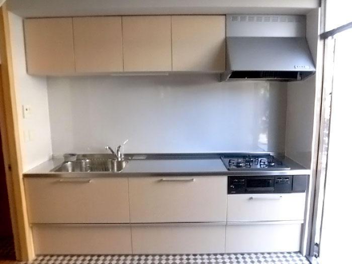 限られたスペースでも広く使えるシステムキッチン