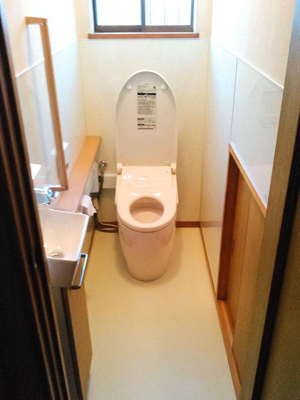 汚れにくい便器とパネルの壁で清掃性を向上させたトイレ