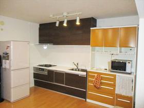 カップボードとキッチンを平行に設置し、開放感あふれるキッチン空間