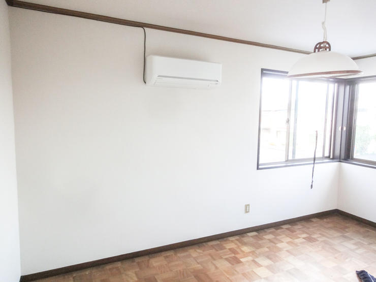 寝室がより広く感じる真っ白な壁紙