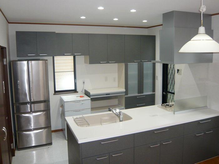 収納量も多い明るくオープンな対面キッチン