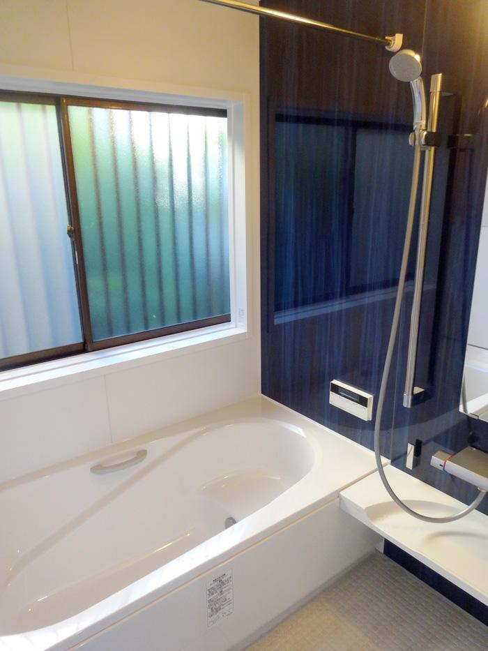 温かく段差にも配慮した長く使える浴室に