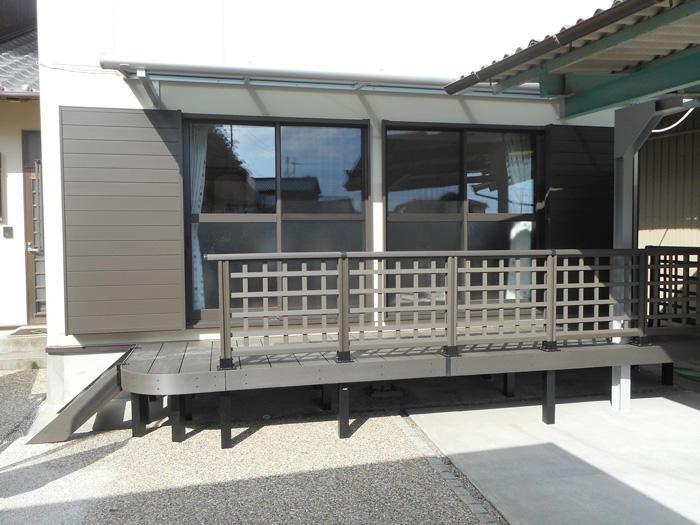 庭と出入しやすく、布団も干せる屋根付きウッドデッキ