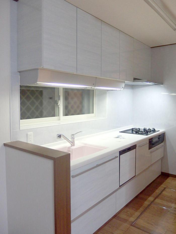 照明と吊戸棚の工夫で使いやすさもプラスしたキッチン