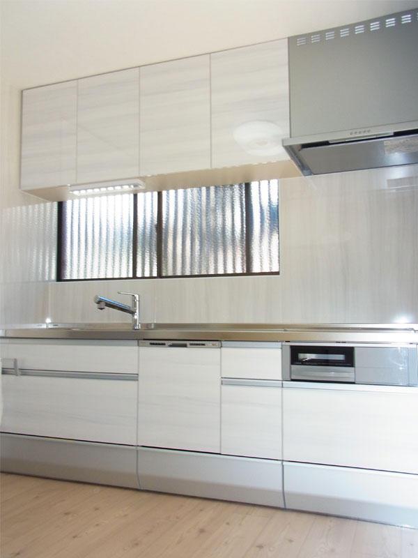 白を基調にした清潔感たっぷりの明るいキッチン