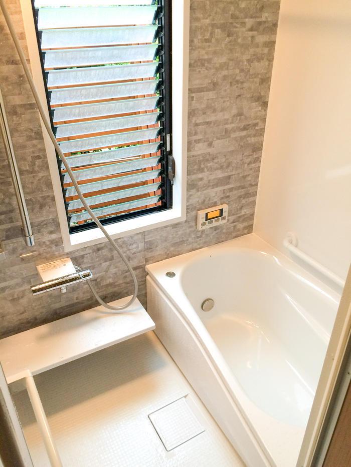 ブラインド設置で快適な最新スタイルの浴室が完成
