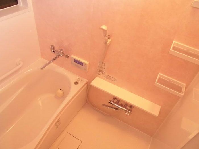 ピンクのユニットバスで見た目も暖かなお風呂