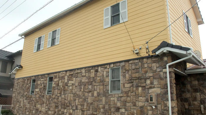 色あせひび割れた外壁を明るいカラーでリフレッシュ