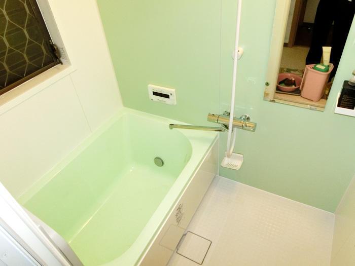 ひび割れと段差がなくなった広々浴槽のお風呂