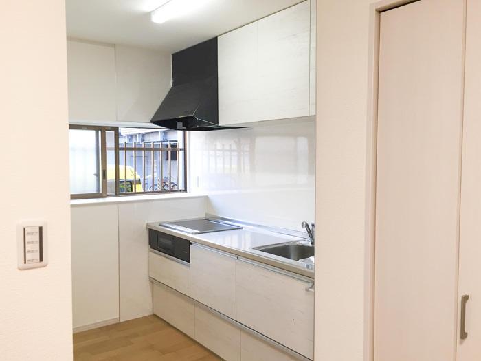 レイアウト変更と大容量収納ですっきりしたキッチンに