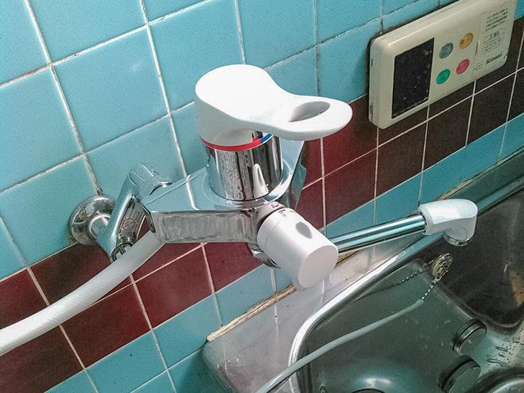 水漏れしていたお風呂場の蛇口を最新の水栓に交換