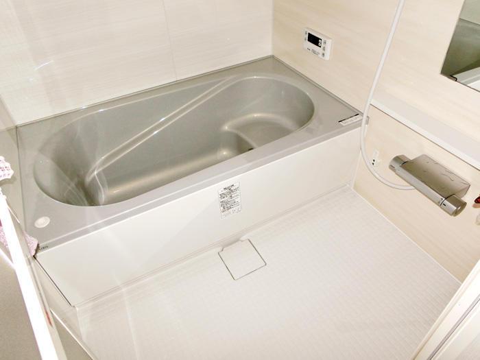 高級感を感じるグレーで統一された浴室空間