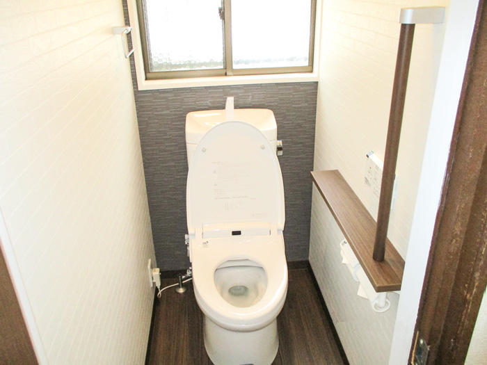 足をいためたお客様も安心して使用できるトイレ