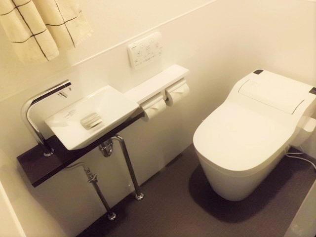 明るく清潔感にあふれる水ハネにも強いトイレ