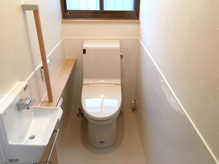 間仕切り撤去と壁紙の工夫で明るく広々としたトイレ