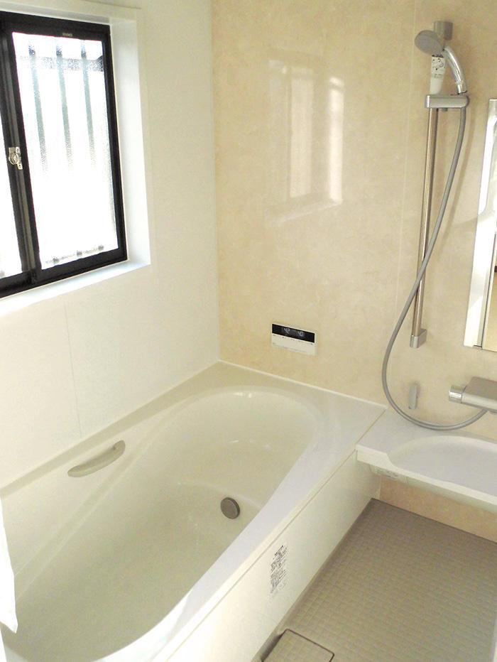 清掃しやすく、清潔感あふれるバスルーム