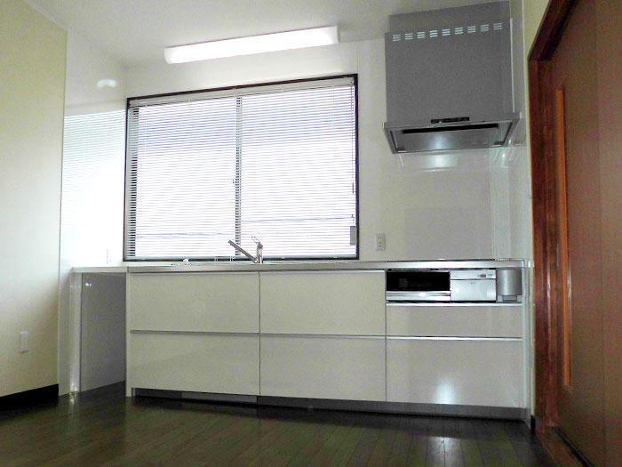 明るく使いやすいキッチンと増設棚を2階に新設