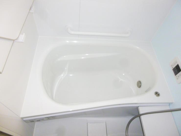 手すりや水栓位置に配慮した母の利用も安心の浴室