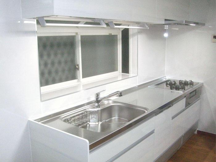 使いやすく白基調の明るいシステムキッチン