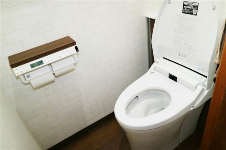 実用性を兼ね備えた「ウッドタイル」で、インパクトのあるお洒落なトイレ空間に