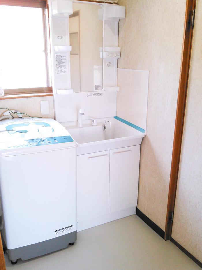壁や床の汚れにも配慮した洗面台