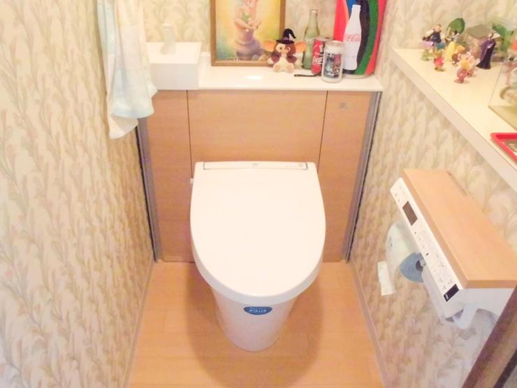 明るい雰囲気の収納も増えたトイレ
