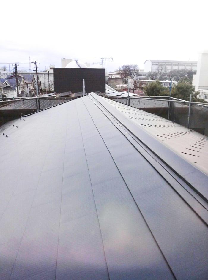 ブラック仕上がりがかっこいい、音もしっかり遮る屋根