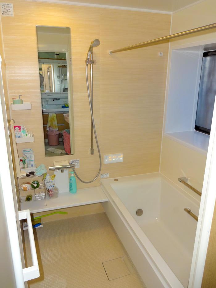 明るく優しい雰囲気の洗面所とバスルーム