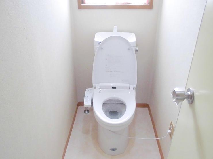 床も本体も真っ白な清潔感溢れるトイレ