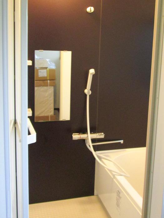 家の雰囲気を崩さない落ち着きのある浴室
