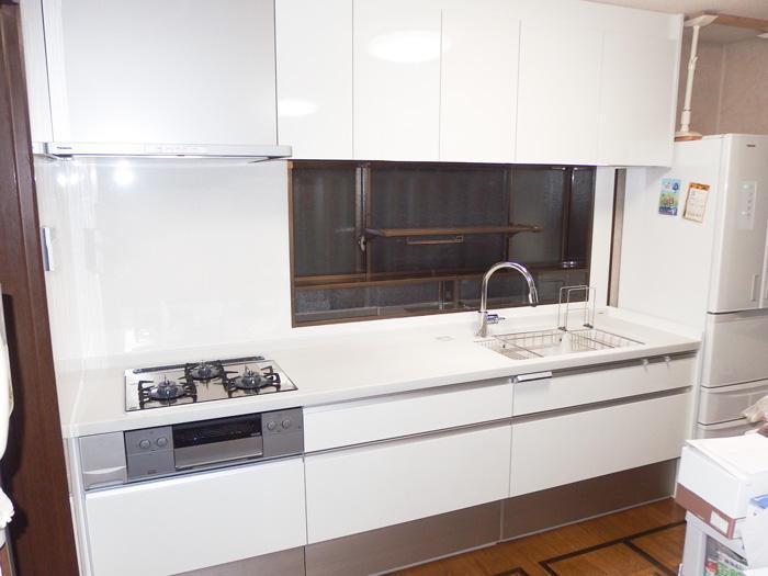 ホワイトが輝く収納・作業場にも余裕のあるキッチン