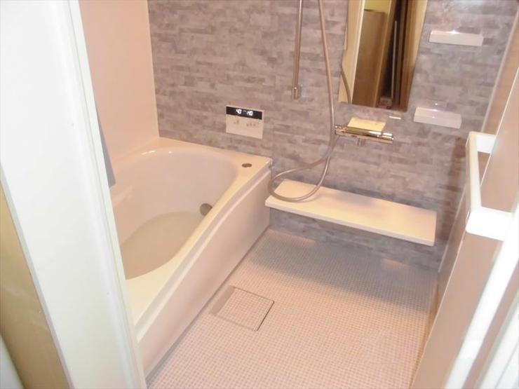 広々空間の暖かなバスルーム