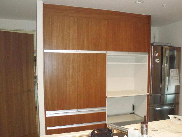 周囲の家具とも溶け込む機能充実のカップボード
