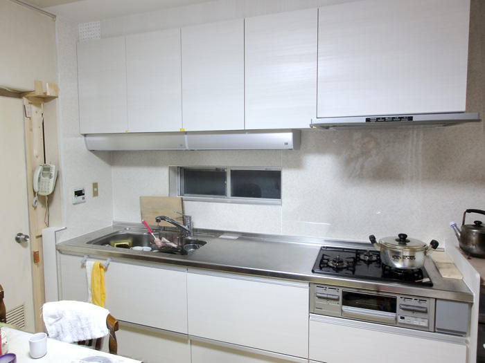 収納を増やし、調理場を広げて使いやすいキッチンに