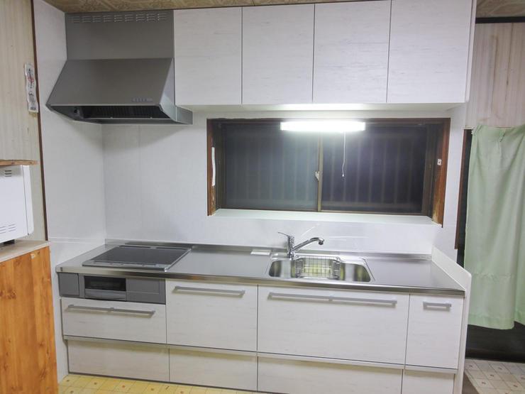 すっきりした明るい空間を生み出すキッチン