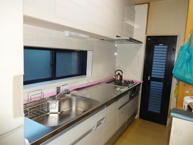 予算を考慮したご提案で、明るい空間のシステムキッチンに!