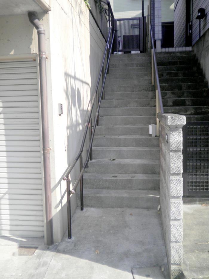 長い階段を安心して昇り降りするための手すり