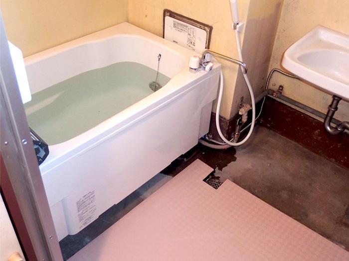 オリジナルのすのこで底上げし入浴しやすい浴室に