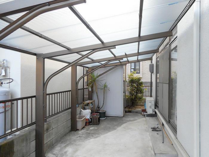 太陽光が綺麗に差し込む丈夫なカーポート屋根
