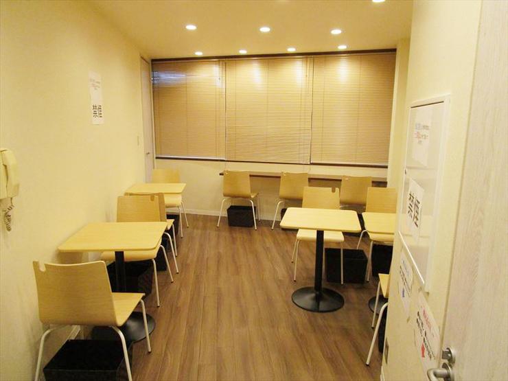 モダンな雰囲気の心地よい飲食スペース