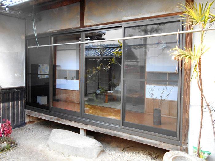 断熱性の高い二重窓で冬でも暖かな縁側に