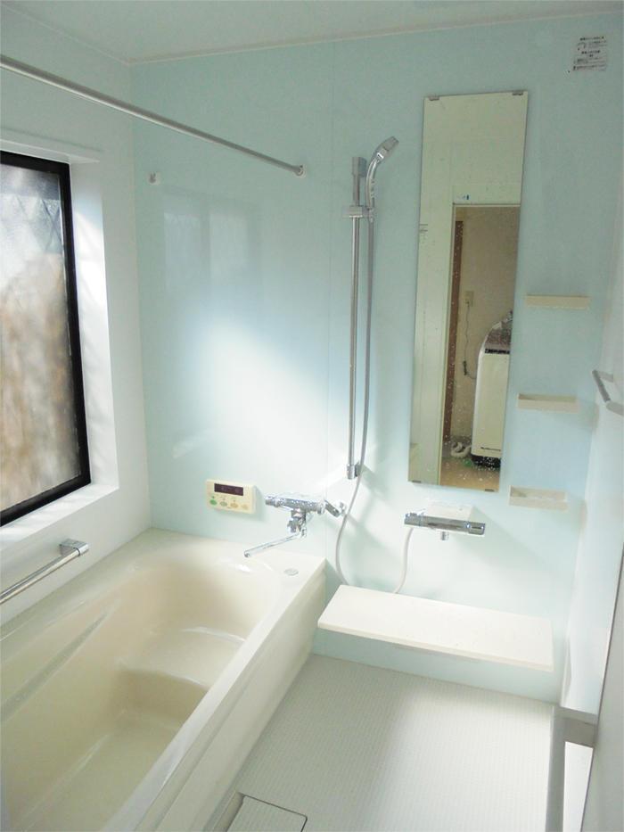断熱効果のある床・浴槽・風呂フタで、あたたかな浴室に。