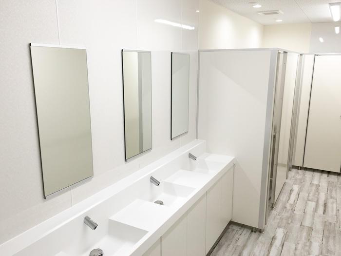シンプルながらもおしゃれかつ近代的なオフィストイレ
