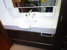 既設サイズに合わせたモダンなイメージの洗面スペース