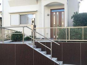 階段の高さを揃える事で老後も使いやすく、断熱ドアで寒さが軽減した玄関廻り