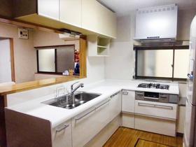 人工大理石の清潔感あふれるキッチン