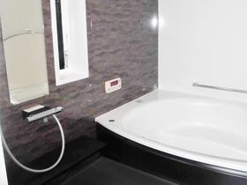 大きな浴槽と落ち着きのある色合いで、毎日が癒されるバスルーム